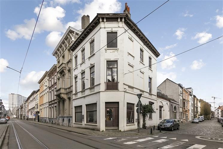 Te renoveren, karaktervolle hoekwoning nabij het Gravensteen