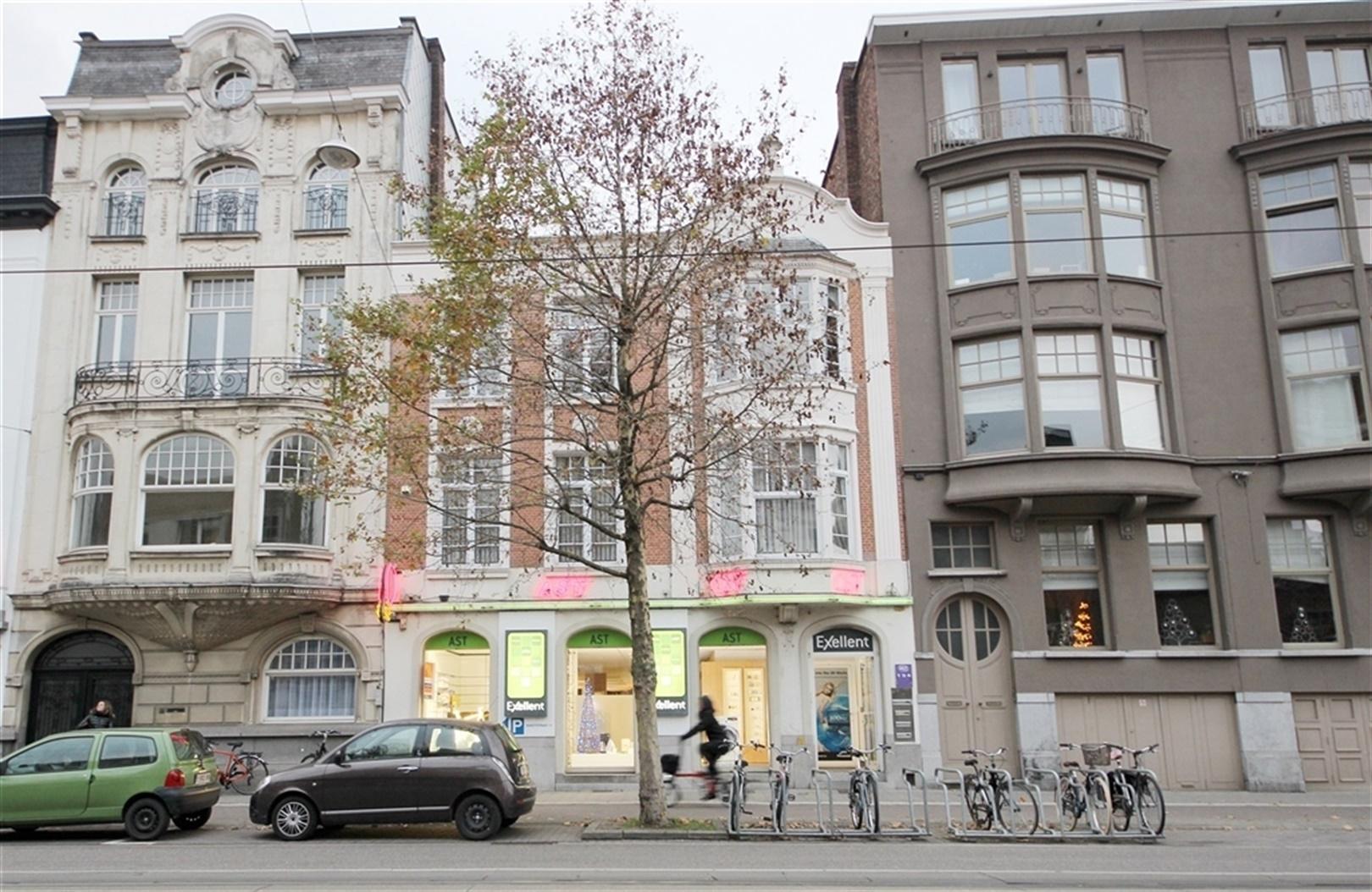 Kantoor/winkelruimte van 452 m²  op topligging nabij het Sint-Pietersstation!