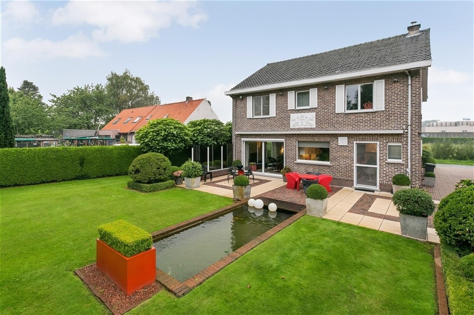 Alleenstaande villa met ruime en volledig aangelegde tuin in Drongen