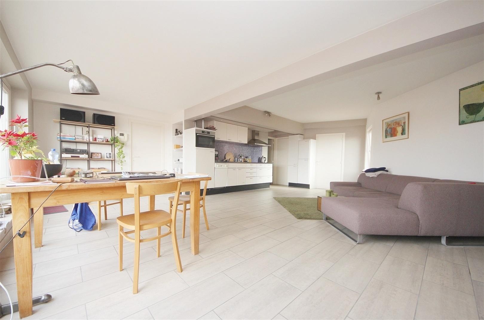 Aangenaam 2 slaapkamer-appartement met riant terras vlakbij het station Gent-Sint-Pieters!