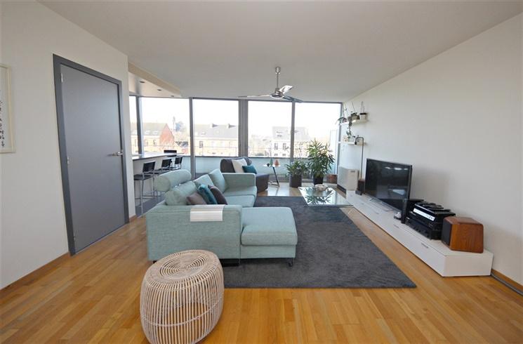 Lichtrijk duplex-penthouse met garagebox dat uitgeeft op de Visserij!