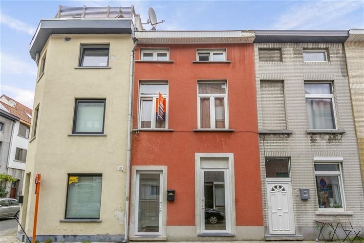 Handelszaak met duplexappartement aan Gent Dampoort