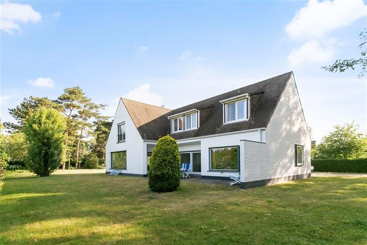 Ruime villa met 6 slaapkamers in een rustige buurt te Lochristi