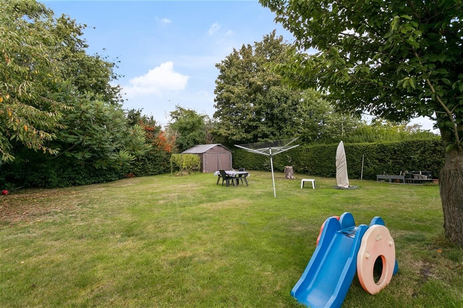 Op te frissen bungalow met grote tuin nabij Lochristi