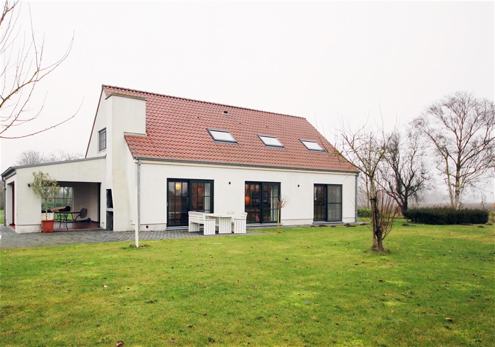 Prachtige villa met achterliggende schuur te Assenede!