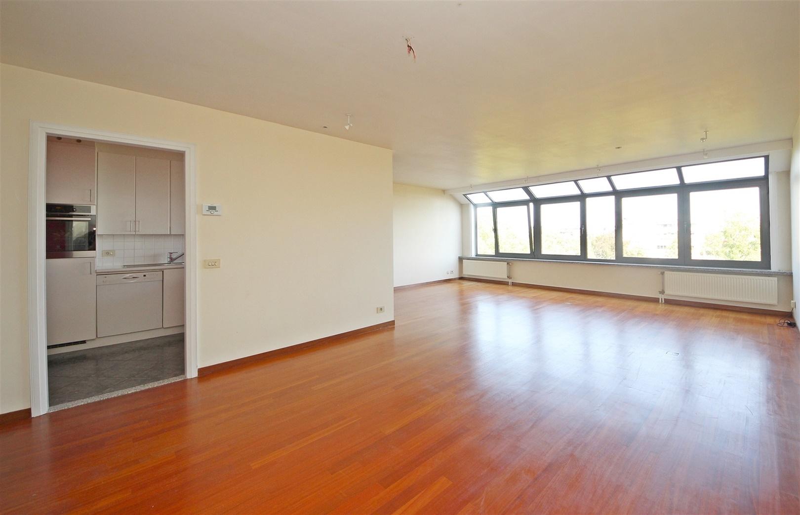 Lichtrijk 2 slaapkamer appartement met autostaanplaats nabij het Zuid!