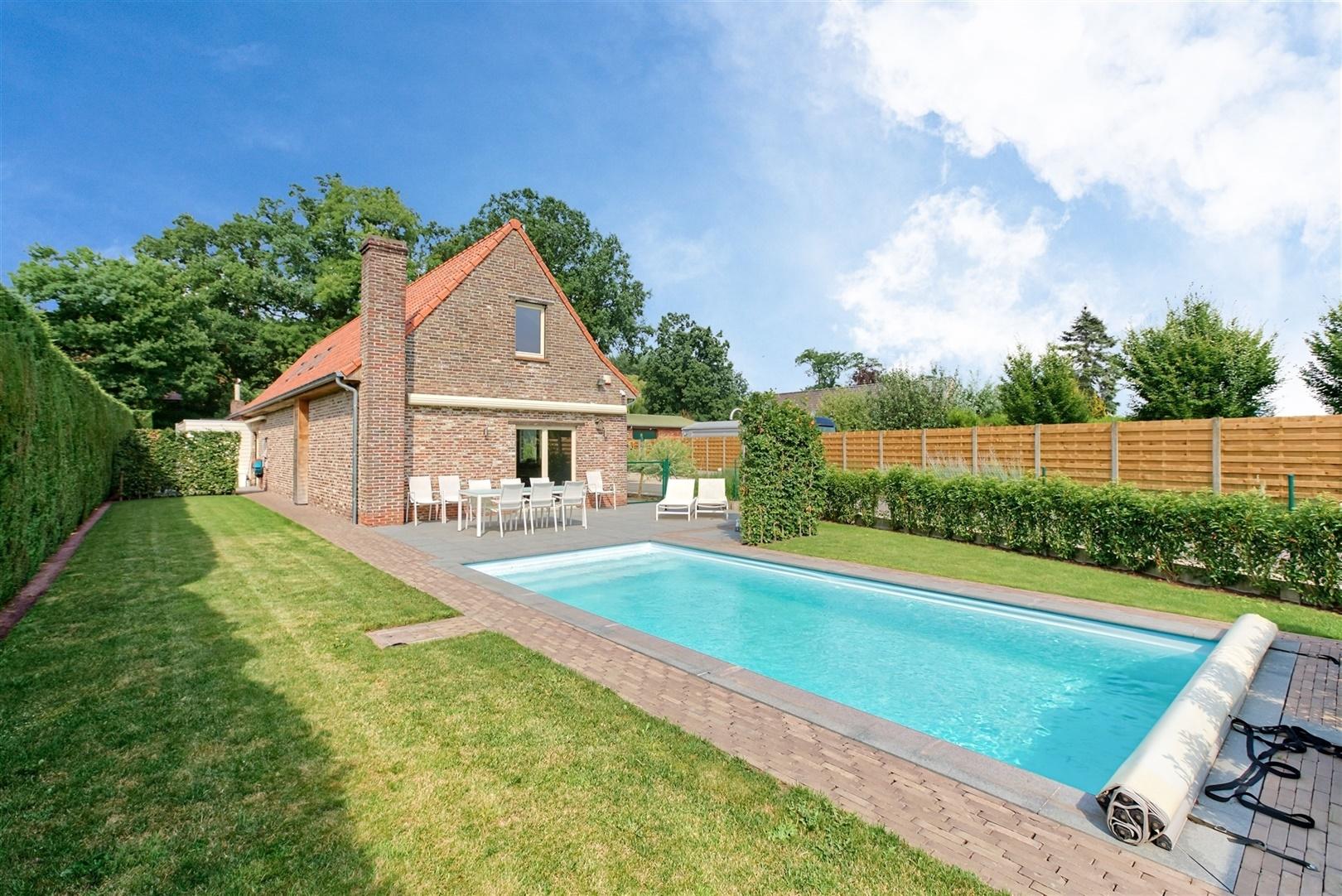 Gerenoveerde hoeve met ruim atelier en zwembad in Landegem