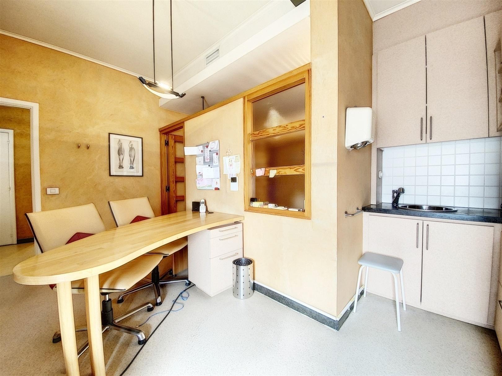 Gelijkvloers kantoor/studio met staanplaats aan de Coupure