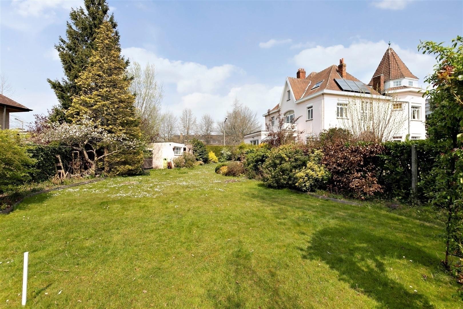 Statige woning met zes slaapkamers en grote tuin
